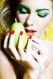 Ritratto della donna che tiene una pera Fotografie Stock Libere da Diritti