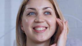 Ritratto della donna che tocca il suo fronte archivi video