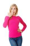Ritratto della donna colpita che copre la sua bocca fotografia stock