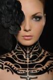 Ritratto della donna con arte di corpo nero e del fiore Fotografie Stock Libere da Diritti