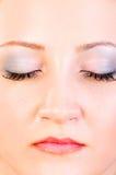 Ritratto della donna con gli occhi vicini Immagine Stock