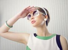 Modello di moda con gli occhiali da sole Immagini Stock