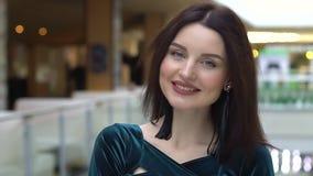 Ritratto della donna con i sacchi di carta nel centro commerciale video d archivio
