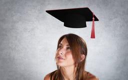 Ritratto della donna con il cappuccio di graduazione Fotografie Stock