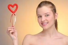 Ritratto della donna con il cuore del biglietto di S. Valentino del san Immagini Stock