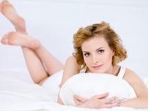 Ritratto della donna con il cuscino Fotografia Stock