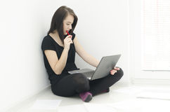 Ritratto della donna con il taccuino che sta sedendosi sul pavimento Immagini Stock Libere da Diritti