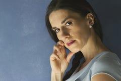 Ritratto della donna con la mano sul suo fronte Fotografie Stock