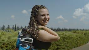 Ritratto della donna con le lame del rullo durante la passeggiata archivi video