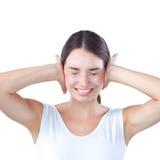 Ritratto della donna con le mani sulle orecchie Fotografie Stock Libere da Diritti