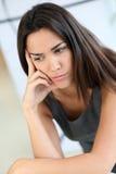 Ritratto della donna con lo sguardo scettico Fotografia Stock