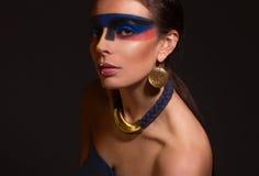 Ritratto della donna con trucco di arte fotografia stock