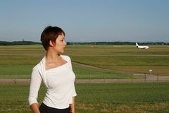 Ritratto della donna con un aereo fotografia stock