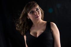 Ritratto della donna curvy con capelli scorrenti Immagini Stock Libere da Diritti