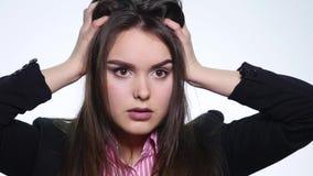 Ritratto della donna dai capelli lunghi arrabbiata che stringe negativamente testa che dice no le mani d'ondeggiamento nel rifiut archivi video