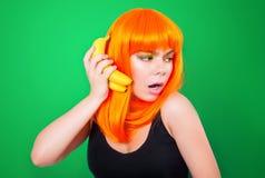 Ritratto della donna dai capelli rossi con pompelmi in primo piano dello studio Immagini Stock Libere da Diritti