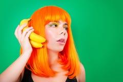 Ritratto della donna dai capelli rossi con pompelmi in primo piano dello studio Fotografie Stock Libere da Diritti