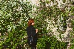 Ritratto della donna dai capelli rossi di quaranta anni nel profilo all'aperto di estate immagini stock libere da diritti