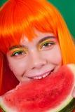 Ritratto della donna dai capelli rossi in primo piano dello studio con l'anguria immagini stock libere da diritti