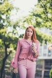 Ritratto della donna dai capelli rossi sulla via immagine stock