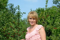 Ritratto della donna degli anni medii nel frutteto di ciliegia Fotografia Stock Libera da Diritti