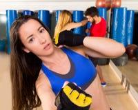 Ritratto della donna del aerobox di pugilato nella palestra di forma fisica Fotografia Stock