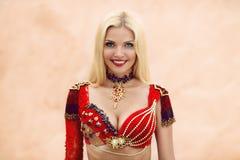 Ritratto della donna del ballerino di pancia di bellezza in vestito rosso Fotografie Stock Libere da Diritti