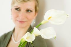 Ritratto della donna del fiore del giglio di calla nella priorità bassa Fotografia Stock