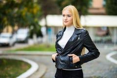 Ritratto della donna del primo piano della ragazza abbastanza d'avanguardia dei giovani che posa alla città in Europa Fotografia Stock