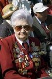 Ritratto della donna del veterano di guerra Il suo rivestimento è decorato da molte medaglie immagini stock