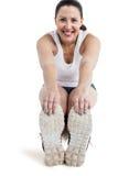 Ritratto della donna dell'atleta che fa allungando esercizio Immagine Stock