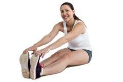 Ritratto della donna dell'atleta che fa allungando esercizio Immagine Stock Libera da Diritti