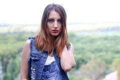 Ritratto della donna dello slavo contro legno Fotografia Stock