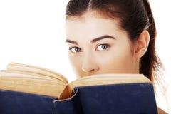 Ritratto della donna dello studente che legge un libro Fotografie Stock