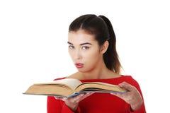 Ritratto della donna dello studente che tiene un libro aperto Immagine Stock Libera da Diritti