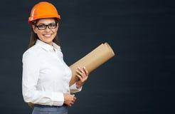 Ritratto della donna dello studente dell'architetto con i modelli Fotografie Stock Libere da Diritti