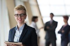 Ritratto della donna di affari all'ufficio con il computer della compressa Fotografie Stock