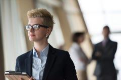 Ritratto della donna di affari all'ufficio con il computer della compressa Immagini Stock Libere da Diritti