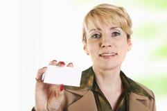Ritratto della donna di affari che dà biglietto da visita in bianco Fotografia Stock