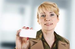 Ritratto della donna di affari che dà biglietto da visita in bianco Immagini Stock Libere da Diritti