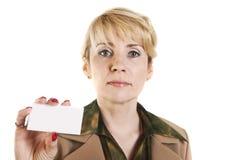 Ritratto della donna di affari che dà biglietto da visita in bianco Fotografia Stock Libera da Diritti