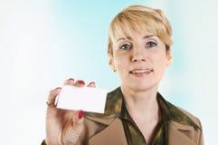 Ritratto della donna di affari che dà biglietto da visita in bianco Immagine Stock Libera da Diritti