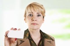 Ritratto della donna di affari che dà biglietto da visita in bianco Immagine Stock