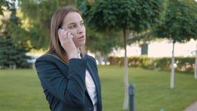 Ritratto della donna di affari che fa una telefonata all'aperto stock footage