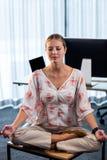 Ritratto della donna di affari che fa yoga Fotografie Stock