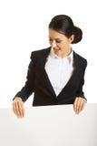 Ritratto della donna di affari che tiene insegna bianca Immagini Stock Libere da Diritti