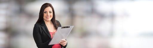 Ritratto della donna di affari che tiene una lavagna per appunti fotografia stock libera da diritti