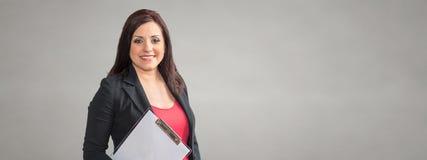 Ritratto della donna di affari che tiene una lavagna per appunti fotografie stock