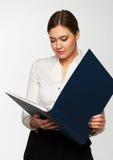 Ritratto della donna di affari con il dispositivo di piegatura Fotografia Stock
