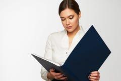 Ritratto della donna di affari con il dispositivo di piegatura Immagine Stock Libera da Diritti